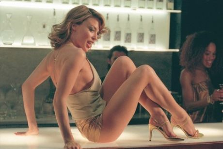 Kylie Minogue con un paio di hot pants dorati