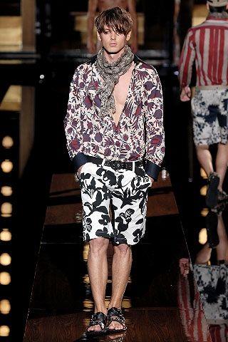 Modello Dolce & Gabbana PE 2008 con ispirazioni floreali hippie